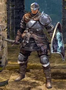 Le chevalier est le mieux équipé de toutes les classes. Il revêt l'armure la plus lourde, la plus résistante et possède le plus de points de vie. La lourdeur de son équipement réduit sa mobilité, mais il est bien protégé.  Cette classe favorise un style de jeu défensif et permissif, c'est-à-dire pouvoir résister aux coups ennemis tout en étant capable de les attaquer sans interruption.